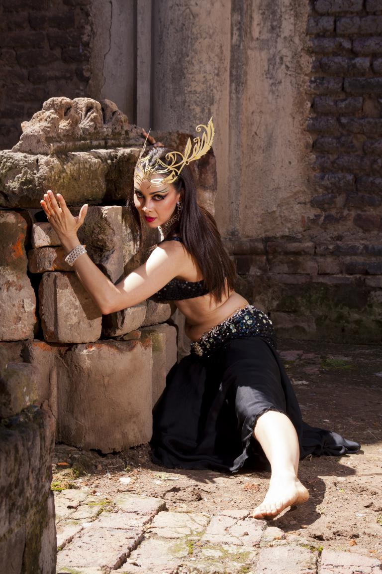 bailarina profesional de danza árabe con su hermoso tocado de brillantes