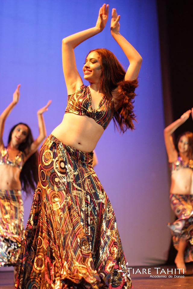 presentación de danza árabe con elementos con bailarinas de tiare tahiti