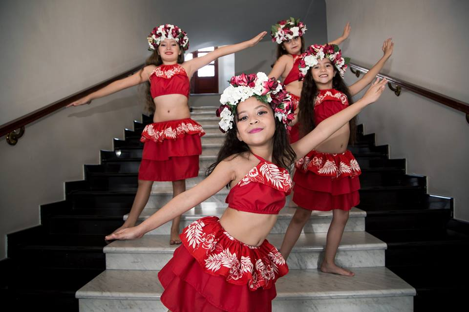 niñas bailarinas listas para su presentacion de ori tahiti