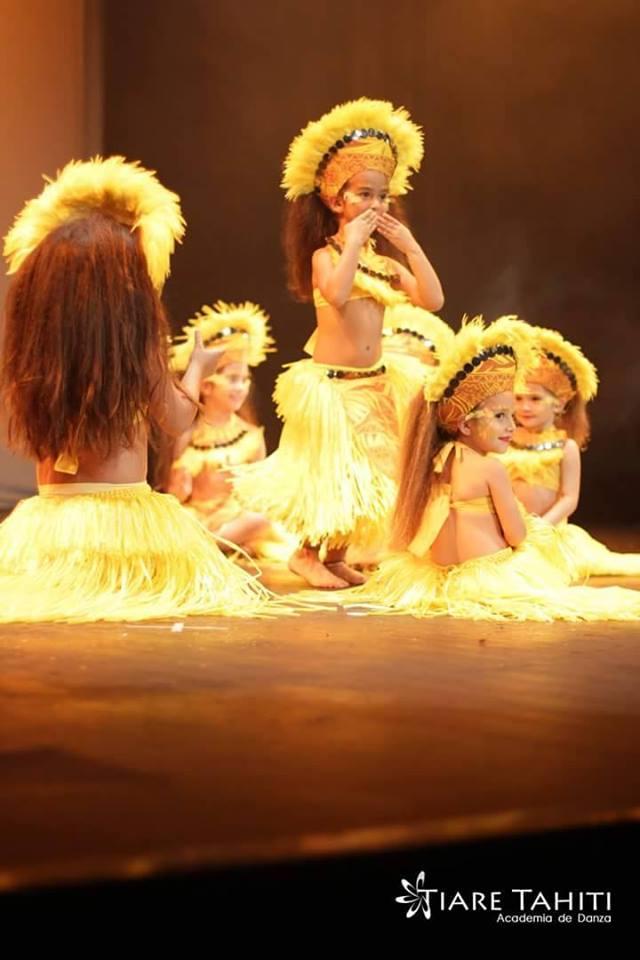 pequeñas bailarinas de danza tahitiana en el escenario
