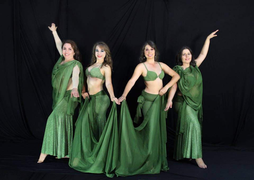 bailarinas profesionales y maestras de danza árabe posando para la cámara